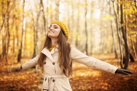 가을에 자연을 즐기는 젊은 여자