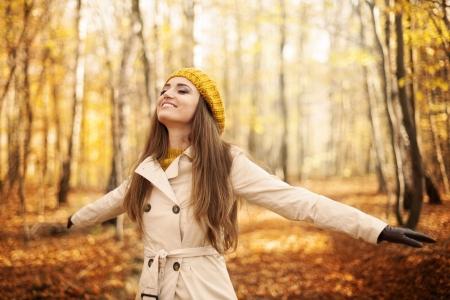 Jeune femme appréciant la nature à l'automne Banque d'images - 23260652