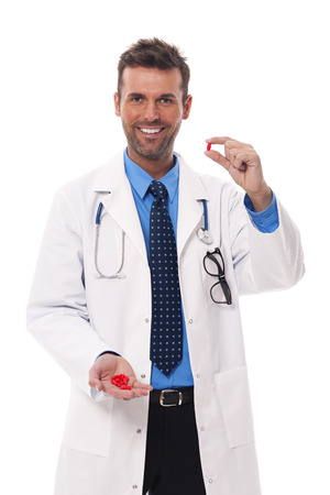 medicamentos: Doctor sonriente que ofrece medicamentos