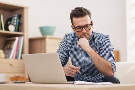 hombre pensando: Hombre ocupado trabajando en casa