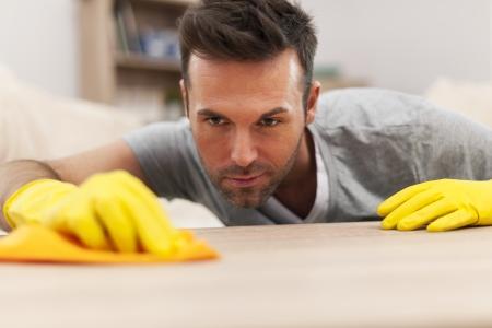 Knappe man reinigen vlekken van de tafel