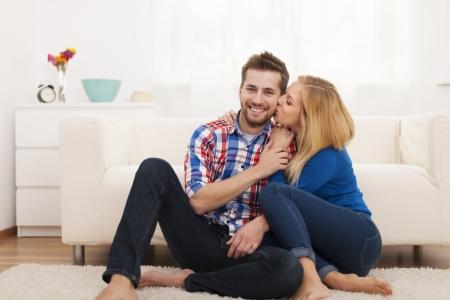 hombre romantico: Pareja cari�osa pasar tiempo juntos en casa Foto de archivo