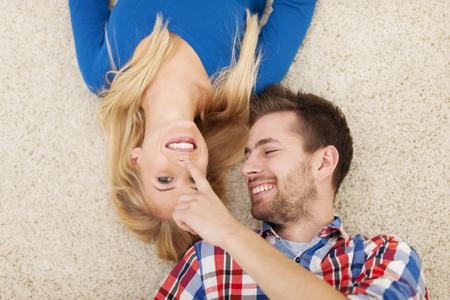 nariz: Encantadora pareja de coquetear en la alfombra