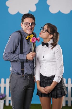 Nerdy man die zijn vriendin paar bloemen Stockfoto