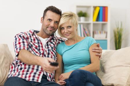 pareja viendo tv: Retrato de pareja amorosa viendo la televisi�n
