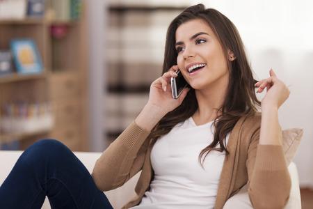 chismes: Chisme Femenino mientras se relaja en el sof�