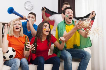 hombre tomando cerveza: Los aficionados al f�tbol loco durante el partido de f�tbol