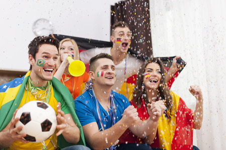 mujer viendo tv: Los fans emocionados de fútbol que celebran triunfos