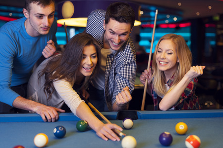 pool ball: Amigos llorar, mientras que su amigo el objetivo de la bola de billar