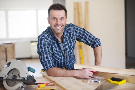 carpintero: Sonriente trabajador de la construcción en el trabajo Foto de archivo