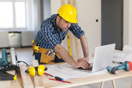 herramientas de construccion: Retrato de empresario de la construcción que trabaja duro
