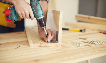 taladro: Cierre de carpintero que trabaja con el taladro