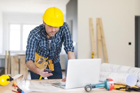 construction tools: Trabajador de la construcción en el lugar de trabajo Movilidad