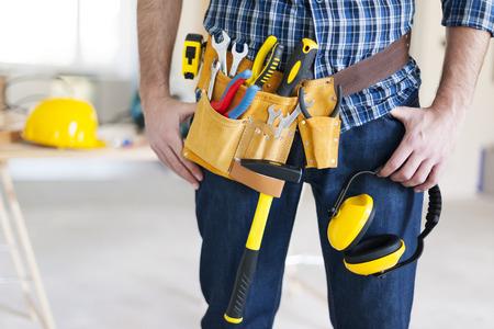 Een deel van bouwvakker met gereedschap riem