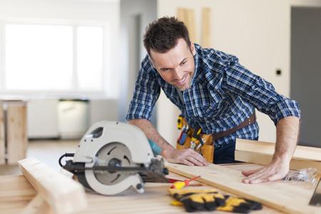 carpintero: Sonriendo carpintero comprobaci�n resultado de su trabajo