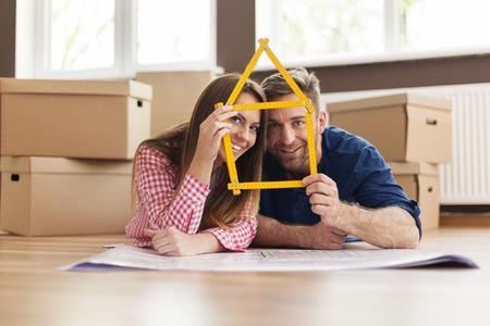 pareja en casa: Pareja en el nuevo apartamento con el signo de origen Foto de archivo