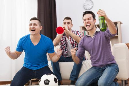 Jonge voetbalfans ondersteund voetbal op TV