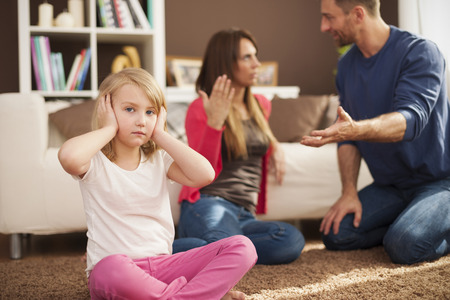 Petite fille ne veut pas entendre argumenter des parents Banque d'images - 27752585