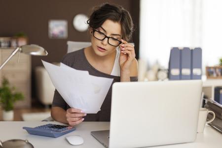 Mujer joven que trabaja duro en casa Foto de archivo - 28183669