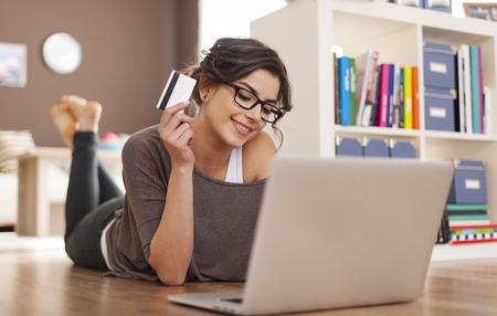 Mujer feliz que hace compras en línea en casa Foto de archivo - 28183748