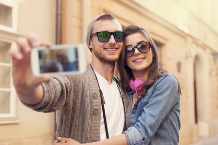 fashionable couple: Pares de moda tomar selfie por tel�fono m�vil Foto de archivo