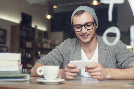 internet cafe: Hombre inconformista con el tel�fono m�vil en el caf�