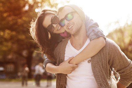 sorrisos: Jovem casal se divertir em dia ensolarado