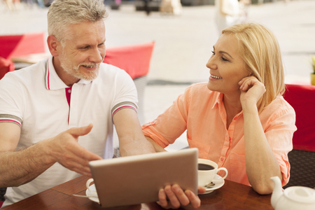 wifi internet: Sonriente pareja madura disfrutando de la conexi�n inal�mbrica a Internet