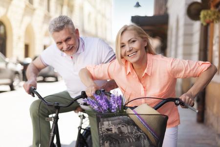 affectionate action: Feliz pareja bicicleta en la ciudad