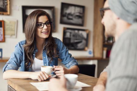 affectionate action: Pares con estilo que habla en el caf� Foto de archivo