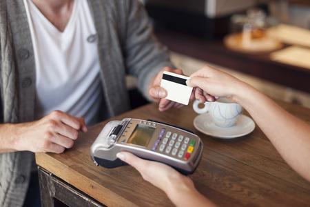 faire les courses: Pr�s de client payant par carte de cr�dit Banque d'images