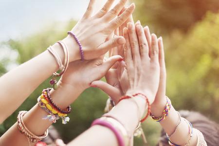 mujer hippie: Primer plano de las manos femeninas