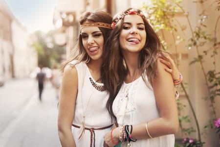 ni�as jugando: Caras divertidas de amigos hippies femeninos Foto de archivo