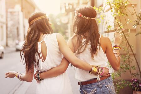 Boho meisjes wandelen in de stad Stockfoto
