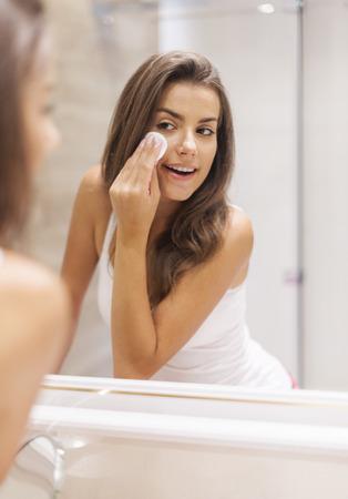 maquillage: Femme enlever le maquillage de son visage Banque d'images