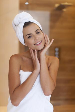 mujer bañandose: Sonriente mujer después de la ducha de la belleza