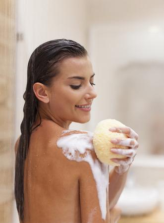 Puur genieten van het nemen van een douche Stockfoto