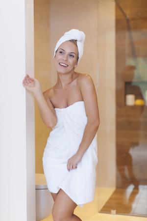 Mujer feliz después de la ducha matinal