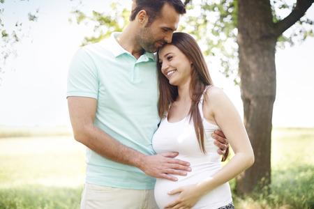 Momentos románticos para pareja embarazada Foto de archivo - 30724238