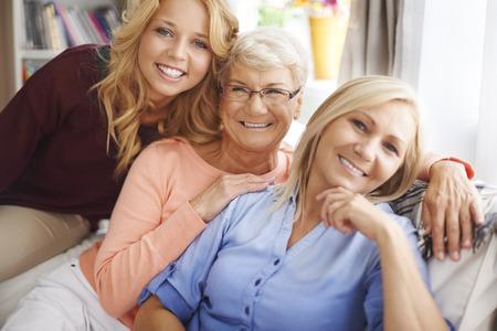 hijos: Retrato de la mujer hermosa familia en la sala de estar Foto de archivo