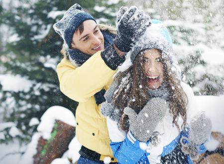affectionate action: pareja feliz jugando con la nieve Foto de archivo