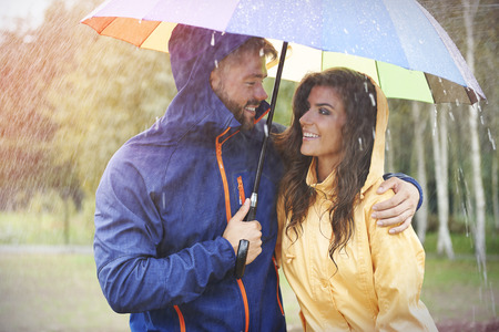 uomo sotto la pioggia: Camminare in giorno di pioggia con la persona speciale