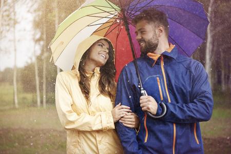 uomo sotto la pioggia: Anche giorno di pioggia può essere bello Archivio Fotografico