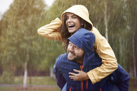 pareja abrazada: Tiempo feliz a pesar de mal tiempo