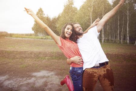 uomo sotto la pioggia: Sotto la pioggia ci sentiamo vivi!