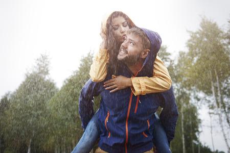 uomo sotto la pioggia: Tempo felice per la coppia amorosa in caso di pioggia Archivio Fotografico