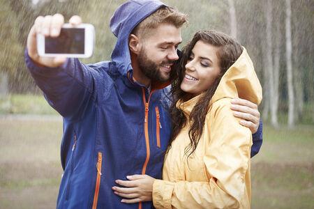 uomo sotto la pioggia: Selfie dolce in giornata di pioggia