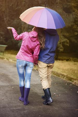 uomo sotto la pioggia: Camminando in giorno di pioggia con il mio amore � molto rilassante