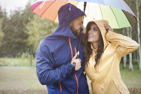 UOMO pioggia: Tempo felice per la coppia amorosa Archivio Fotografico