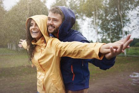 UOMO pioggia: Sentirsi liberi sotto la pioggia
